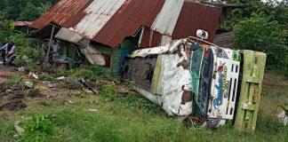 Terperosok, Truk Tangki Bermuatan CPO Milik PTPN VII Menimpa Rumah Warga