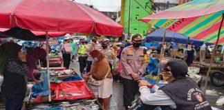 Bagi Masker Gratis, Kapolres Prabumulih Ajak Warga Pasar Tradisional Moderen Patuhi Protokes