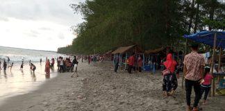 Ribuan Wisatawan Padati Pantai Cemara Indah Gosong Telaga