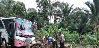 Polisi Bantu Evakuasi Jalur Longsor di Sorkam Tapanuli Tengah