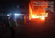 Kawasan Pasar Kuok Jadi Lautan Api, Puluhan Kios Hangus Terbakar