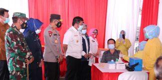 Kapolda Dampingi Gubernur Sumsel Pantau Penyuntikan Vaksin Covid-19, Bagi 253 Pedagang Pasar Cinde