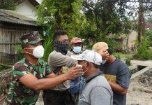 Upaya Tekan Covid-19 Tim Satgam TMMD Bagikan Masker, Letda Inf. Hartono: Harus Peka dan Peduli Terhadap Sesama