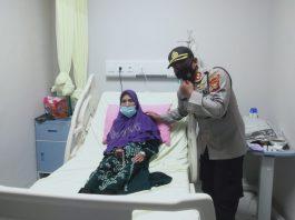 Pasca Operasi Katarak, Nenek Rusmiati Dibesuk Kapolres Empat Lawang