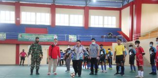 Buka Kejuaraan Futsal U-16 dan Bola Voli U-22 Kab. Lam-Tim, Wabup Lakukan Tendangan Kick Off