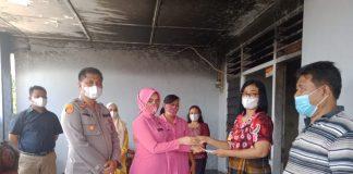 Rumah Personel Polsek Medan Area Terbakar, Kapolsek dan Ibu Bhayangkari Serahkan Bantuan Dana Perbaikan Rumah