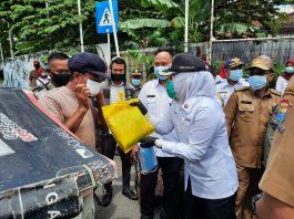 Usai Dilantik Jadi Ketua PMI Kota Palembang, Ucapkan Syukur Fitrianti Turun ke Jalan Bagi Sembako dan Masker