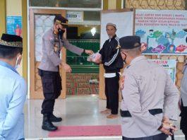 Sosialisasi Prokes Covid-19, Polres Pagaralam Bagi-bagi Takjil ke Pengurus dan Jemaah Masjid