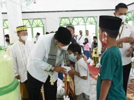 Hadiri Safari Ramadan, Wabup Lam-Tim Serahkan Bantuan Masjid dan Santunan Anak Yatim