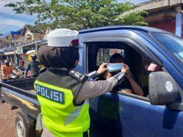 Peringati Hari Kartini, Polwan Satlantas OKUT Bagi-bagi Masker dan Sembako