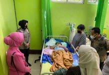 Besuk Korban KDRT, Ketua Bhayangkari Polres Prabumulih Berikan Uang Santunan dan Doakan Korban Sembuh