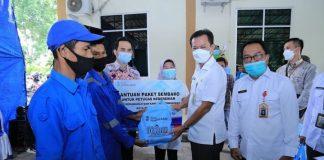 369 Petugas Kebersihan Perkim dan Taman Kota DLH Terima Bantuan dari Bank Sumsel Babel Cabang Prabumulih