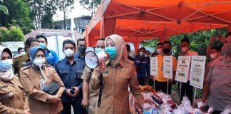 Ditanya Nama Wali Kota Palembang, Fitri Bagikan Sembako dan Kue Kering ke Pengunjung Bazar Murah