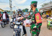 Personel Babinsa Koramil 429-06/Purbolinggo Bersama PAC PP Lamtim Bagi-bagi Takjil dan Masker ke Warga