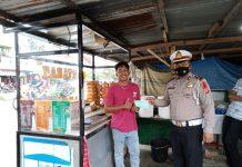 Kampanye Prokes, Satlantas Polres Aceh Singkil Bagikan Masker ke Pedagang