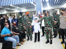 Panglima TNI dan Kabaharkam Polri Tinjau Serbuan Vaksinasi Covid di Cilacap