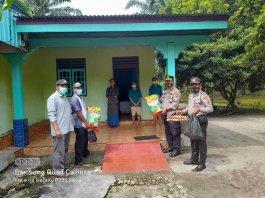 Kapolsek Tapung Bersama Anggota DPRD Kampar Monitoring Keluarga yang Jalani Isolasi Mandiri karena Terkonfirmasi Covid-19