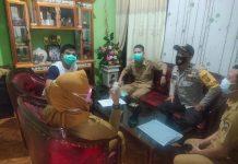 Bhabinkamtibmas Polsek Sosoh Buay Rayap Dampingi Pelaksanaan 3T Kepada Warga yang Kontak Erat dengan Pasien COVID-19