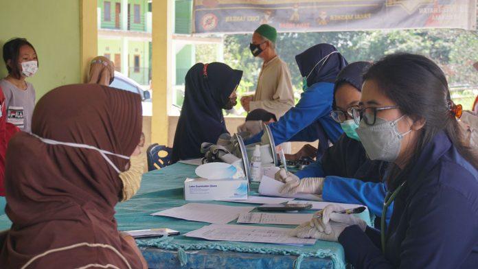 Puluhan Emak-emak di Desa Tegal Rejo Ikuti Pengobatan Gratis PTBA